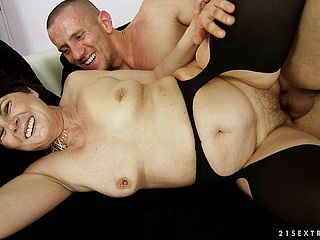 Short-haired chunky Cougar gets into a penetrate jamboree with a youthful man