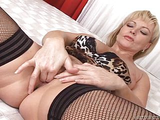 Mature blondes fucked silly until her mouths filled by cum