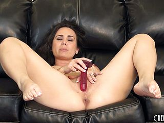 Holly drives her peach to ejaculation and likes every moment of that crazy practice
