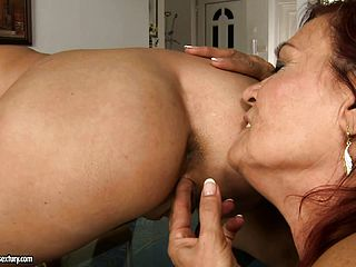 2 mature sapphic hoes get horny with each others old twat